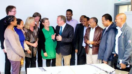 Landbruks- og matminister Lars Peder Brekk i mte med forskere og studenter fra Noragric og lokale politikere.