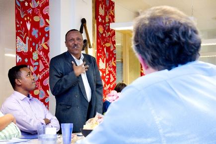 Landbruksminister Lars Peder Brekk i dialog med studenten Ali Mohamed Musse fra Somalia