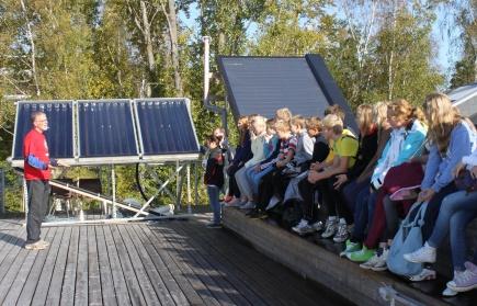 Skolekasse p omvisning p solenergianlegget