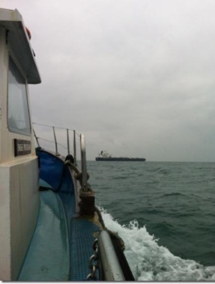Freddie Holstad p vei til skipsbesk 10 nautiske mil utenfor Milford Haven, Wales.