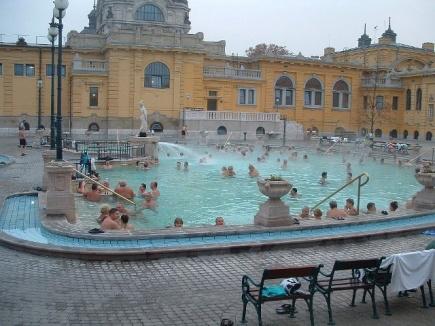 Budapest er kjennt for sine utebassenger. Her er Szchenyi.<br />