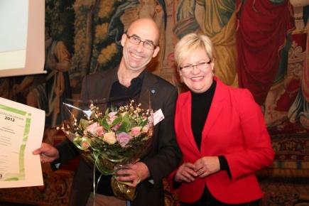 UMB-rektor Hans Fredrik Hoen mottek Likestillingsprisen 2012 p vegne av UMB fr kunnskapsminister Kristin Halvorsen.