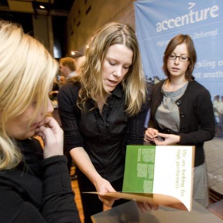 Monica og Turi profilerer Accenture under karrieredagen ved NMBU.