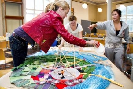 Bildet er fra forberedelsene til Prosjektet Man Made / Sansenses rike. Der landskapsarkitekturstudenter samarbeider med arkitektstudenter i Oslo om utsmykning forming av Youngstorget i Oslo.
