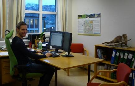 Peter jobber som utmarksforvalter i Gloppen kommune i Sogn og Fjordane. Det blir en del kontorarbeid, men han fr ogs mulighet til  jobbe i felt hver uke.