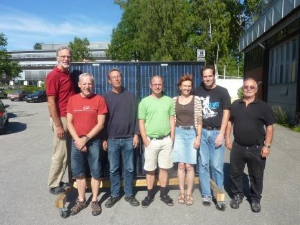 Solcellegruppa ved Institutt for matematiske realfag og teknologi. Gruppa bestr av forskere og ingenirer og her er de avbildet utenfor instituttet foran solcellepaneler.