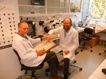 Fra venstre: kologene Sigmund Hgvar og Mikael Ohlson og ved NMBU p karbonlabratoriet.