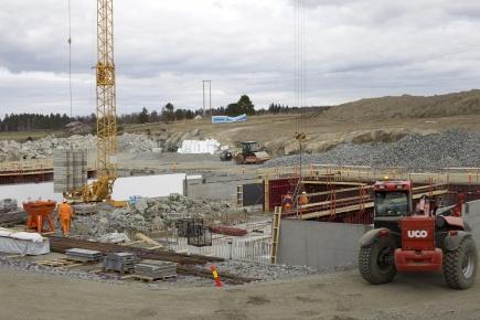 Nye driftsbygninger ved Senter for husdyrforsk (SHF). Grunnmuren til smfehuset tar form.