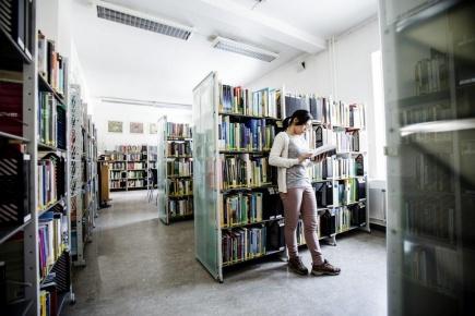 Studentvakt Elenita Banogbanog p biblioteket ved Noragric.