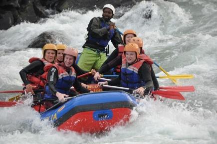 Rafting er en typisk naturbasert reiselivsaktivitet. Her er studenter fra masterprogrammet naturbasert reiseliv p s p utferd og besk hos aktivitetsbedriften Serious Fun i Dagali.