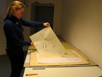 Annegreth Dietze sorterer historiske hagekart<br />