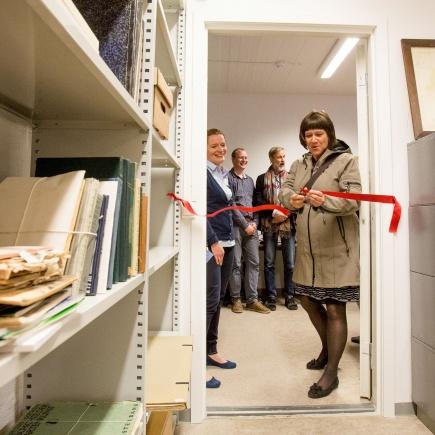Dekan ved SamVit, Eva Falleth, pner den nye fagsamlingen ved ILP, et unikt historisk arkiv over norsk landskapsarkitektur.