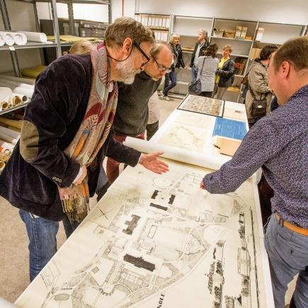 Ivrig diskusjon rundt en eldre plantegning for parken ved det som n er blitt NMBU under pningen av ILPs fagsamling for norsk landskapsarkitektur.