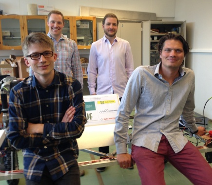 Pl Johan From (foran til hyre) og masterstudenter ved NMBU som har utviklet en robot.
