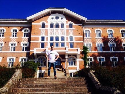 IMT-student Patrick Bakke, her foran Urbygningen, skal gjre feltarbeidet for mansteroppgaven sin i Kenya.