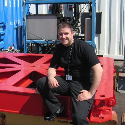 """Gabriel Grødem arbeider som prosjektingeniør ved Acergy (tidligere Stolt offshore). Han har Master i teknologi, studieretning maskin, prosess og produktutvikling, med spesialisering """"Teknikk for biologisk produksjon"""""""
