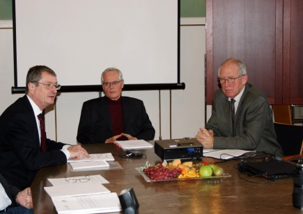 The Rector of the University of Oslo, Geir Ellingsrud (left), the committees chairman Professor Kim von Weissenberg, and the Rector of the Norwegian University of Life Sciences, Knut Hove.<br />