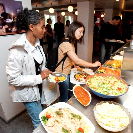 International students are welcomed to their first activitiy of their introduction programme one week before the Norwegians arrive at UMB s. French and Ethiopian students in the canteen during the welcome lunch.