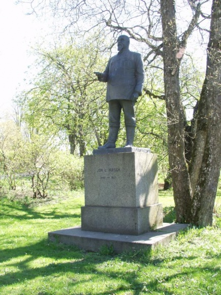 Direktr J.L. Hirsch. Statuen ble avduket i 1930