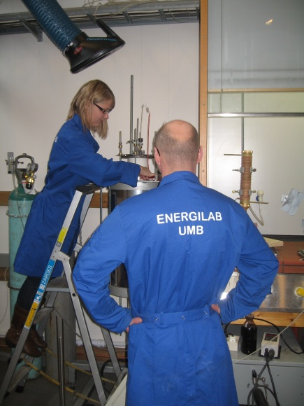Heidi S. Nygrd and Espen Olsen working at the high temperature lab at IMT