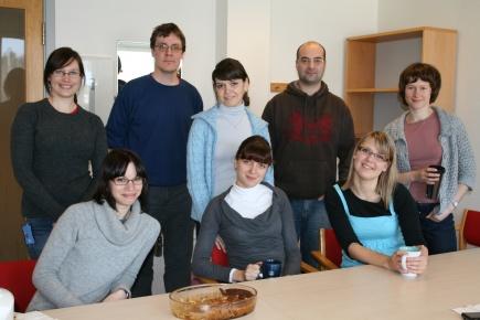 Edita, Ole Mathis, Carlos, Anna, Maria Magdalena, Valerieya, Irina og Heidi koser seg med hjemmebakt kake p PhD/postdoc coffee.
