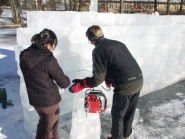 Studentprosjekt med isinstalasjoner rundt dammen.
